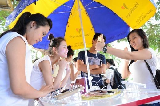 """Các sinh viên thích thú với việc tận tai """"chạm"""" vào các smartphone đỉnh hiện nay - Tin sao Viet - Tin tuc sao Viet - Scandal sao Viet - Tin tuc cua Sao - Tin cua Sao"""