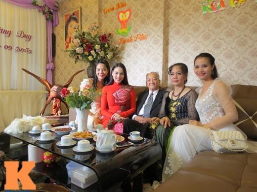 Người thân của Trang Nhung từ Hà Nội có mặt đông đủ trong lễ đính hôn ấm cúng. Buổi lễ không có khách mời trong giới showbiz.