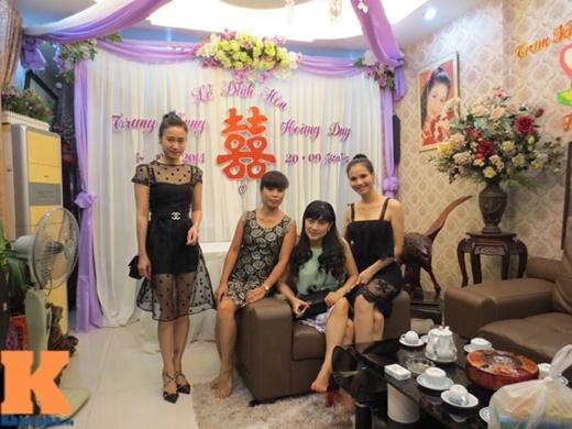 Trang Nhung chọn tông màu trắng tím để trang trí cho phông cưới. Trong ảnh là những anh chị em ngoài Bắc có mặt từ sớm để giúp cô sửa soạn công việc đón tiếp nhà trai.