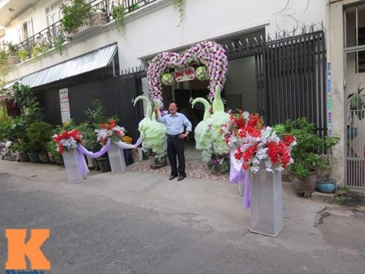 Bên ngoài ngôi nhà có 2 mặt tiền của Trang Nhung được trang trí cổng hoa hình trái tim và 3 chú chim công bằng hoa tươi màu trắng đẹp mắt
