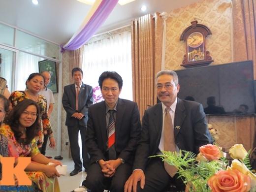Mẹ chồng tương lai của Trang Nhung (đeo kín, ngồi bên trái ảnh) rạng rỡ trò chuyện cùng quan khách hai họ