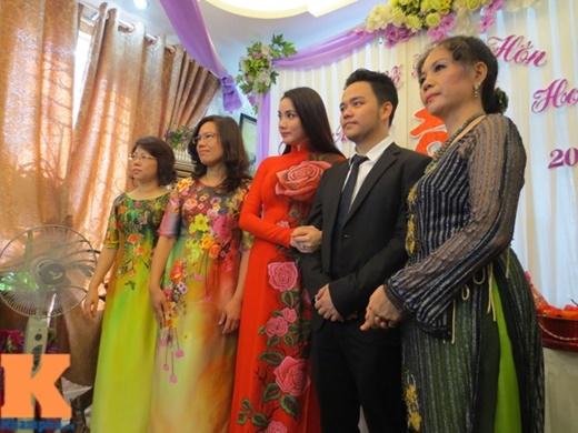Khuôn mặt Trang Nhung lộ nét xúc động khi hoàn thành các nghi lễ trong ngày đính hôn