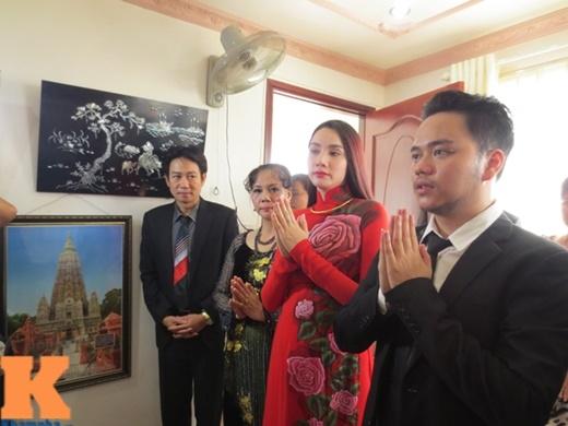 Hoàng Duy và Trang Nhung cùng cha mẹ 2 bên làm lễ trước bàn thờ gia tiên