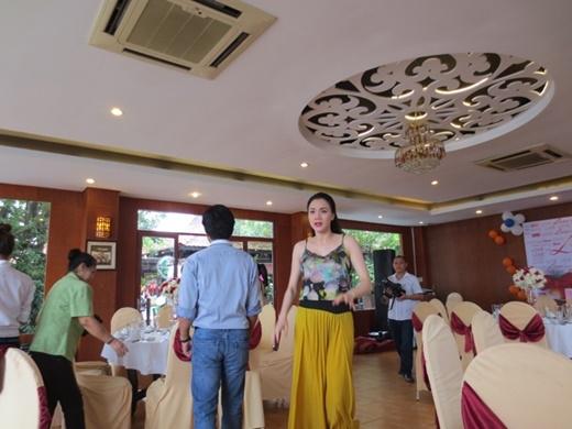 Sau lễ đính hôn, gia đình hai họ thay thường phục, cùng đến một nhà hàng trên thuyền dùng tiệc