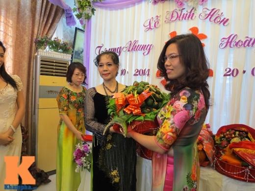 Mẹ Trang Nhung (bên trái) và mẹ kế của Hoàng Duy trao đồ sính lễ