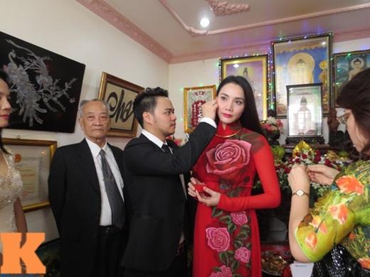Chú rể trao tặng cô dâu trang sức trong ngày đính ước