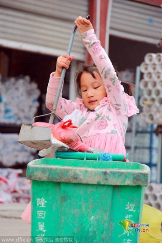 Suy ngẫm với hình ảnh cô bé quét rác 5 tuổi