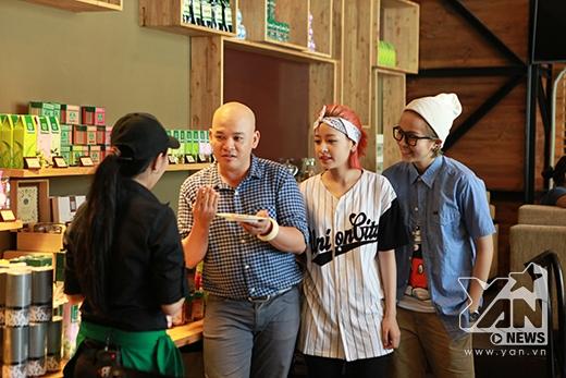 Ngay sau đó, Alain Nghĩa đã dẫn đôi bạn thân này đến một quán trà nổi tiếng tại TP HCM