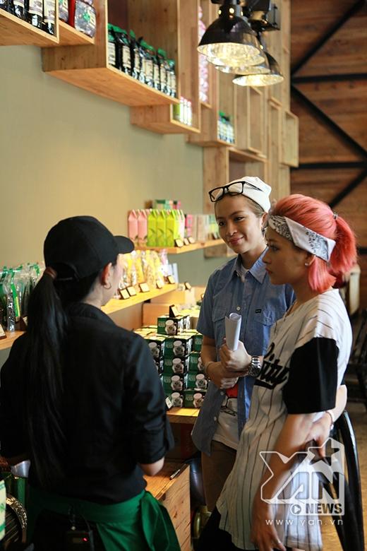 Trong khi Alain Nghĩa mải mê với các loại trà thì Gil Lê và Chi Pu vẫn chăm chú lắng nghe nhân viên giới thiệu