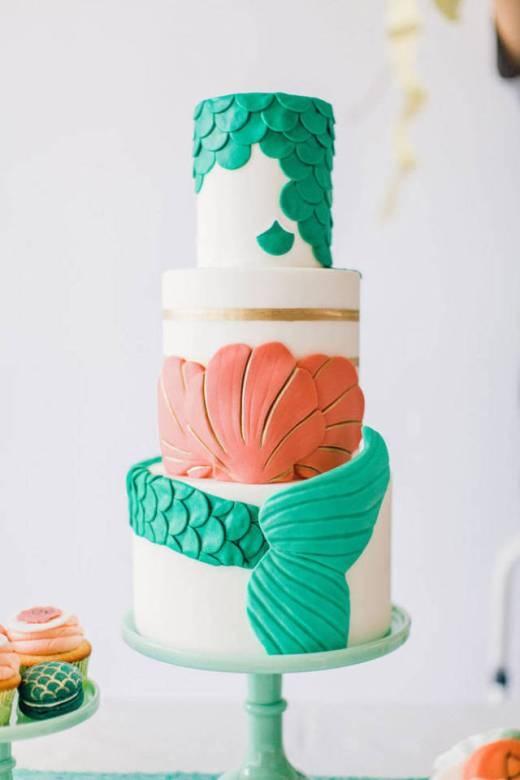 Cả bánh cưới cũng mang phong cách Nàng tiên cá