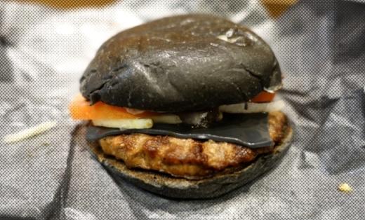 Thêm một món độc đáo đến từ Nhật Bản: Hamburger đen được làm từ mực của con mực ống