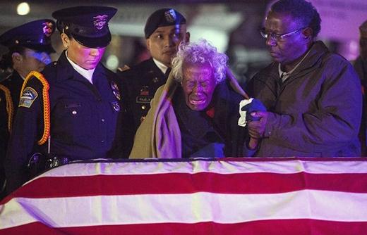 Sau 60 năm từ khi người chồng mất, người phụ nữ này đã bật khóc khi nhận được những gì còn sót lại của ông ấy.