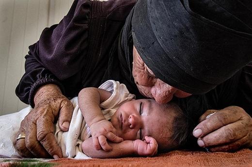 Nụ hôn của một người tị nạn Syria dành cho đứa bé chỉ mới 10 ngày tuổi sau khi đã đưa được bé đến nơi an toàn