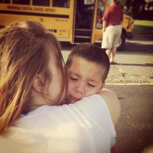 Cậu nhóc đang ôm chặt lấy mẹ mà khóc trong ngày đầu tiên phải đến trường