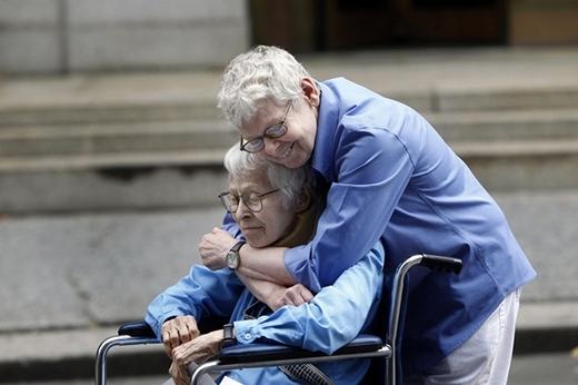 Phyllis Siegel, 76 tuổi, và Connie Kopelov, 84 tuổi và cái ôm hạnh phúc của hai người sau khi trở thành cặp đôi đồng tính kết hôn đầu tiên tại Manhattan vào năm 2011.