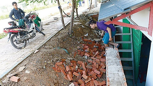 Nhà anh Nguyễn Vũ Thái Hưng thấp hơn mặt đường Phạm Văn Đồng gần 2m, phải dùng cầu thang để đi từ nhà lên mặt đường.