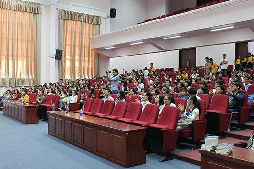 Từ rất sớm, khán phòng buổi giao lưu đã gần như lắp kín chỗ bởi sự tham dự của rất nhiều bạn sinh viên trường Đại Học Kinh Tế - Luật Tp.Hồ Chí Minh.