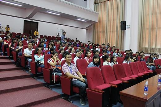Hồi hợp không kém ban tổ chức khi chờ buổi giao lưu được diễn ra chính là tâm trạng chung được hầu hết các bạn sinh viên có mặt tại hội trường chia sẻ.