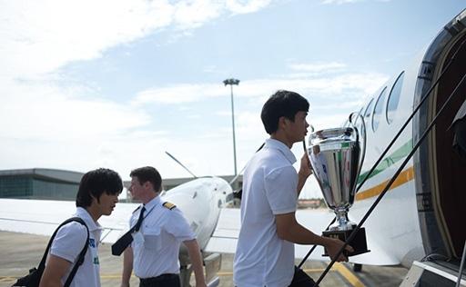 Công Phượng được giao nhiệm vụ giữ Cup trong suốt hành trình di chuyển về Gia Lai.