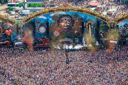 Tomorrowland thu hút hàng chục ngàn người tham dự, không phân biệt màu da hay ngôn ngữ. Họ đến để được đắm mình vào niềm đam mê chung là âm nhạc.