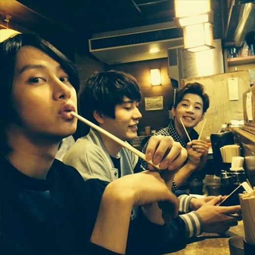 Henry khoe hình đi ăn uống sau concert cùng với Heechul và Kyuhyun