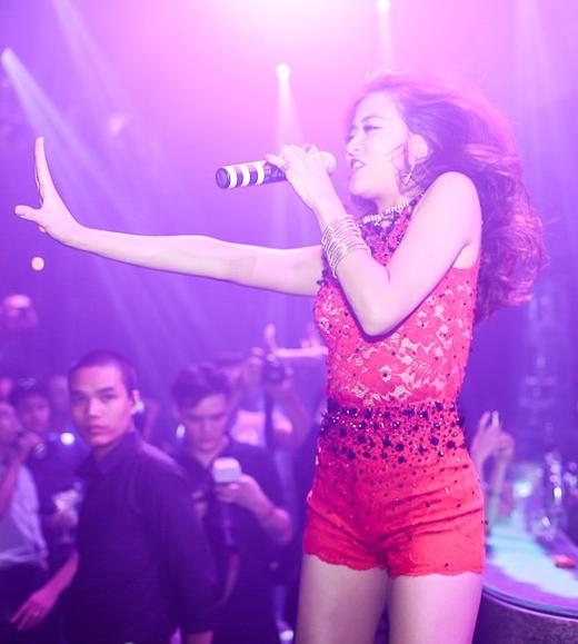 Cô đã thể hiện những ca khúc sôi động nhưCrazy I wanna dancevàJust you. - Tin sao Viet - Tin tuc sao Viet - Scandal sao Viet - Tin tuc cua Sao - Tin cua Sao