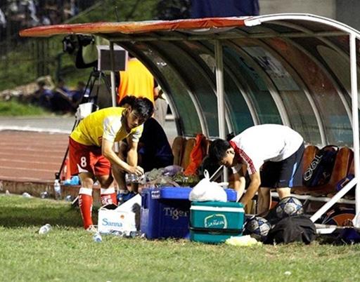 Một cầu thủ tiềm năng, được tập huấn tại học viện Qtar lại phải về làm công tác hậu cần ở chính đội bóng quê nhà. Ảnh: Thế giới tiếp thị