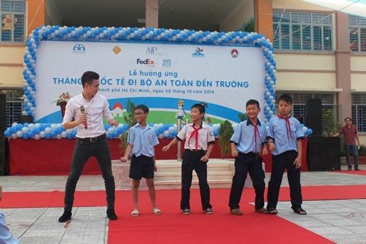 Với ca khúc hit Mưa sao băng, 4 nam học sinh cấp 2 đã lên nhảy rất sôi động với chàng Bắp - Tin sao Viet - Tin tuc sao Viet - Scandal sao Viet - Tin tuc cua Sao - Tin cua Sao