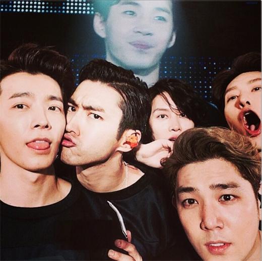 Donghae hào hứng khoe hình nhí nhố cùng Super Junior trong concert tại Nhật