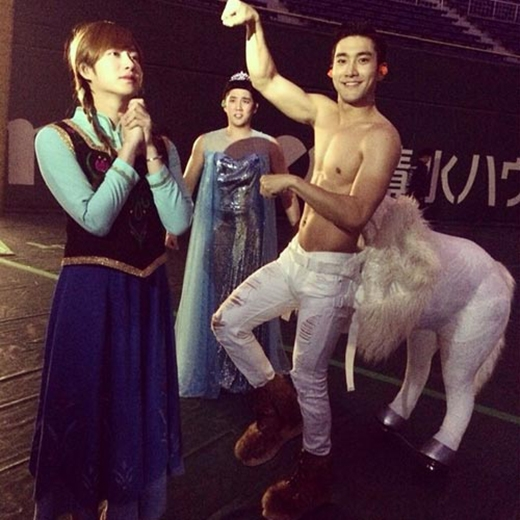 Siwon hóa trang thành chú ngựa và khoe hình Heechul hóa thân thành Anna
