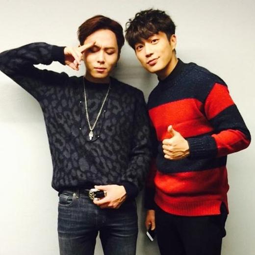 Junhyung tình cảm chụp hình cùng Dongjoon