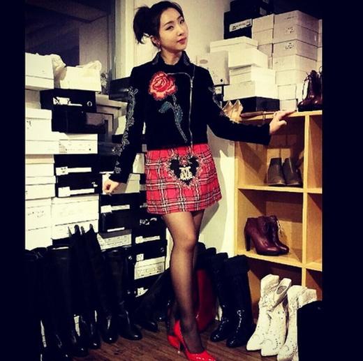 Minzy cảm thấy thích thú khi được mang giày cao gót màu đỏ