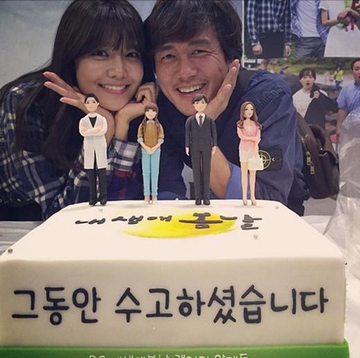 Sooyoungtham gia tiệc mừng công cùng đoàn làm phim My Spring Day và tạo dáng nhí nhảnh chụp ảnh bên tiền bối Kam Woo Sung