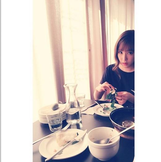 Bên cạnh đó, cô nàng còn khoe hình ảnh bị chụp lén bởi Yoona khiến fan vô cùng thích thú