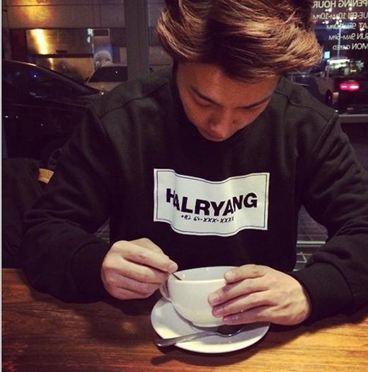 Donghae tận hưởng cafe cuối tuần và chúc các fan có một ngày cuối tuần vui vẻ