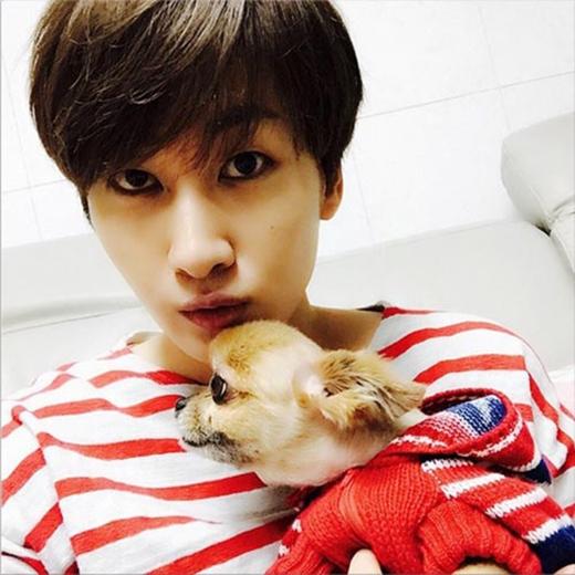 Eunhyuk tạo dáng bên chú cún đáng yêu của mình: 'Tôi đang ở nhà đây. Choco. Lâu rồi không gặp nhỉ. Choco đã tắm rửa tỉa tóc chưa nào'.