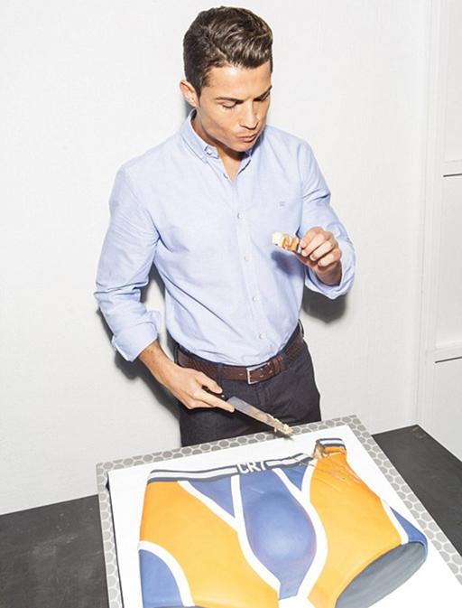 Ronaldo ngon lành nếm chiếc bánh
