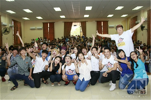 Êkip Vui ơi là vui chụp hình lưu niệm cùng với thầy cô và các bạn học sinh - sinh viên.