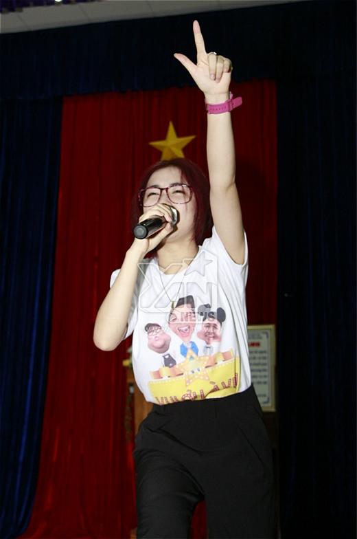 Có lẽ do trạc tuổi với khán giả nơi đây nên cô nàng dường như nhận được nhiều tình cảm hơn từ các bạn trẻ.