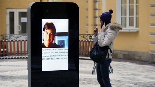 Một trong 6 trụ của đài tưởng niệm Steve Jobs tại St. Petersburg. Ảnh: AP.
