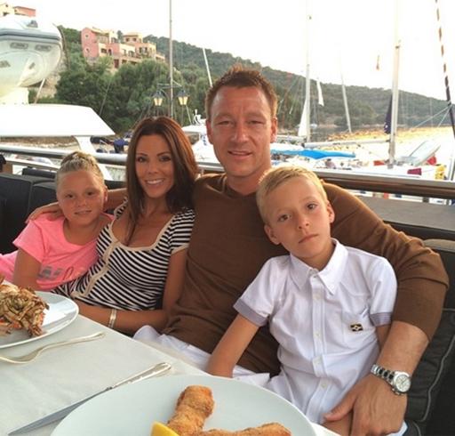 Terry thi đấu cho Chelsea nhưng hai con của anh đều là fan của Messi - ngôi sao của Barca và tuyển Argentina.