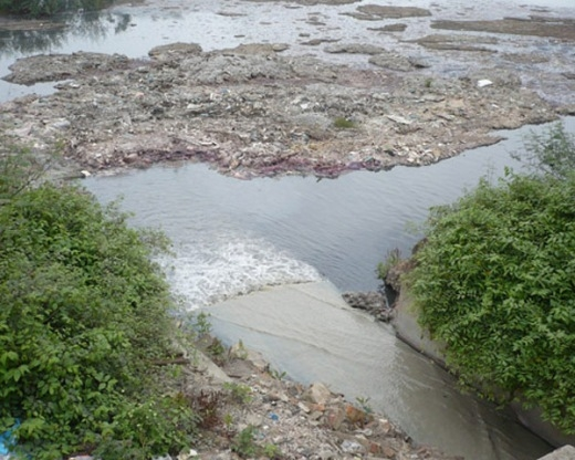 Dòng nước đen ngòm, đang có nguy cơ bị làng nghề Dương Ô 'bức tử'.