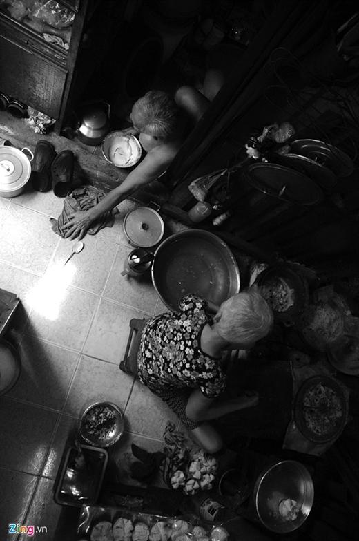 Hàng ngày, cứ khoảng 14h ông mang theo giỏ bánh thửng lên xe bus (có lúc thuê xe ôm) đến góc đường Nguyễn Tri Phương để bán.