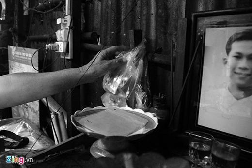 Mỗi chiếc bánh ông Quang bán 8.000 đồng và mỗi ngày ông cũng kiếm được khoảng 80.000-100.000 đồng.