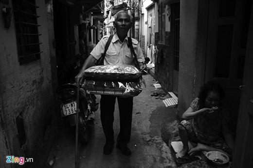 Khi khách mua bánh đưa tiền, ông Quang nhận biết mệnh giá bằng cách sờ trên mặt đồng tiền. Vì thế cũng ít ông bị nhầm lẫn. Nhiều người thương tình cho ông số tiền lẻ còn thừa.