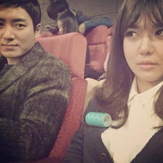 Sooyoung khoe hình vui nhộn khi đồ cuộn tóc của cô còn bị rớt trên áo khoác. Cô nàng đã xấu hổ chụp hình lại và viết: 'Có ai có thể cho tôi biết...cuộn tóc đang trong tim tôi..'
