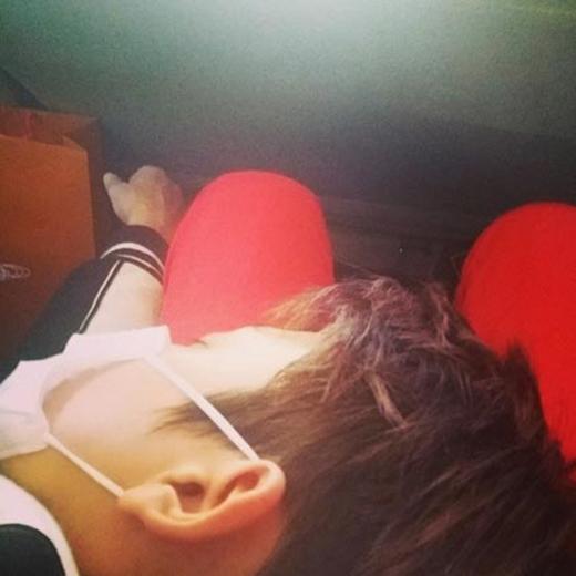 Heechul khoe hình Donghae đang ngủ và chia sẻ: 'Trong khi chúng tôi đang di chuyền thì Donghae lại ngủ trong lòng tôi cả tiếng đồng hồ. Ah...chân tôi đau rồi. Tôi có nên đánh cậu ta không...nhưng Heenim tôi đã lặng lẽ di chuyền mà không động đến cậu ta...'