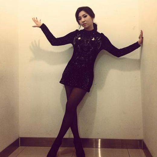 Minzy bất ngờ khoe hình tượng gợi cảm và quyến rũ. Bên cạnh đó, cô nàng không quên quảng bá màn trình diễn cùng với 'đàn anh' Epik High.