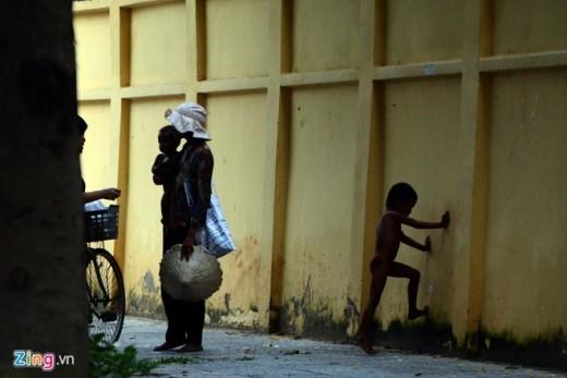 Những đứa trẻ đen nhẻm, không được mặc quần áo để đánh vào lòng thương của người đi đường.