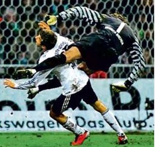 Trong một pha lao ra cản bóng, thủ thành Tim Wiese (Bremen) đã cho Thomas Mueller (Bayern Munich) lãnh trọn một cú song phi vào ngực và trọng tài không ngần ngại rút ra một chiếc thẻ đỏ để trừng phạt hành động phi thể thao này của Tim Wiese.